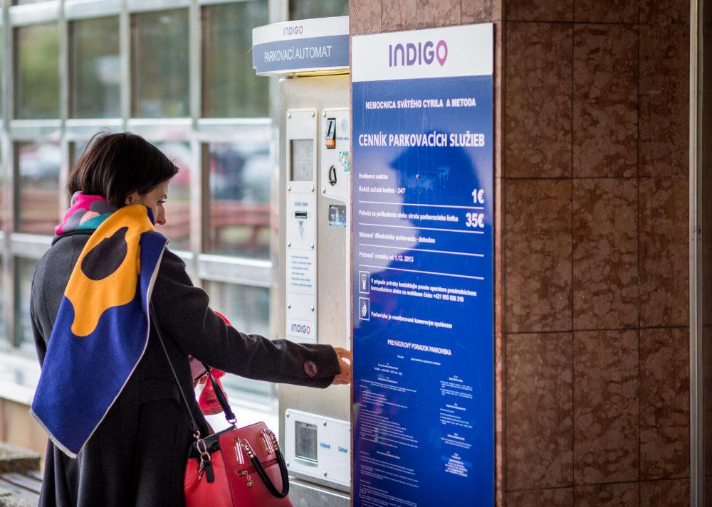 Ľudia pri odchode z petržalskej nemocnice platia v parkovacom automate. Foto N - Tomáš Benedikovič