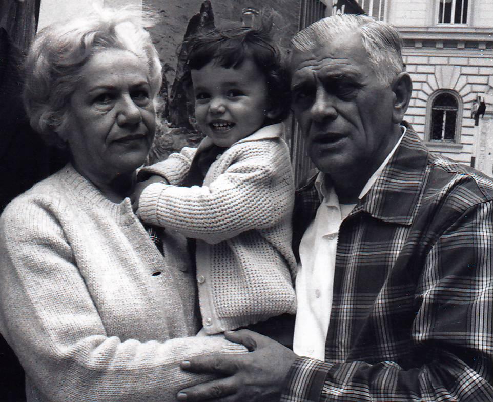 Valéria Krivdová a Rudolf Dilong s dvojročnou vnučkou vo Viedni, rok 1969. Foto - Archív D. F.