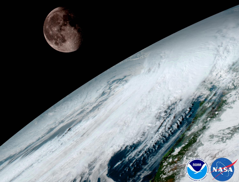 Ako aj predošlé typy satelitov GOES, aj GOES-16 používa Mesiac na svoju kalibráciu. Foto - NOAA/NASA