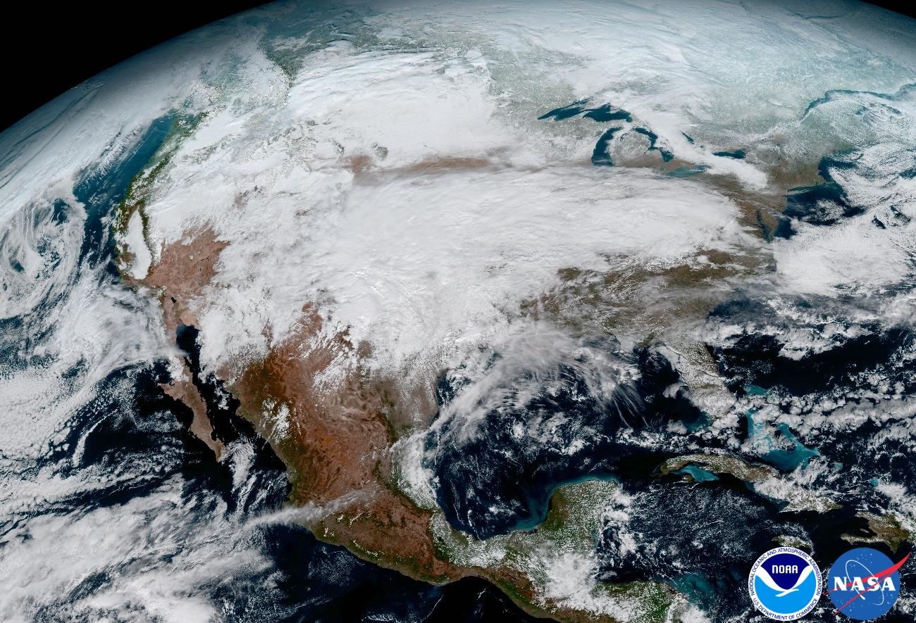Pohľad na snehové zrážky nad severnou Amerikou. Foto - NOAA/NASA