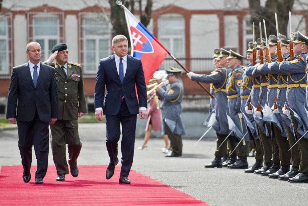 Robert Fico uvádza ministra obrany Petra Gajdoša do funkcie. foto - tasr