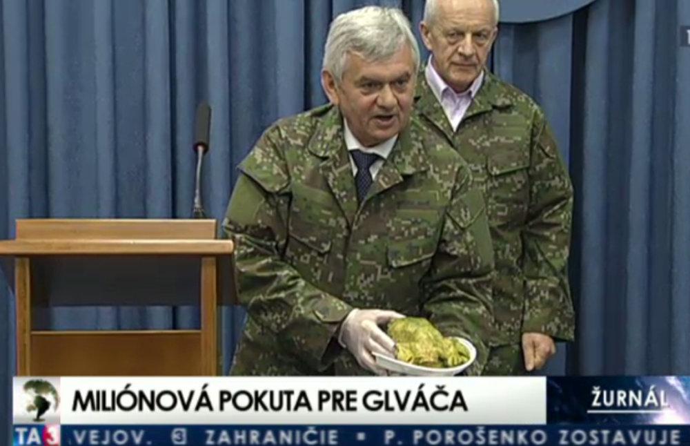 Ľubomír Jahnátek v uniforme v roku 2015 si urobil na ministerstve obrany prvoaprílový žart, keď predstieral hygienickú kontrolu vojenského kurčaťa. Reprofoto – TA3