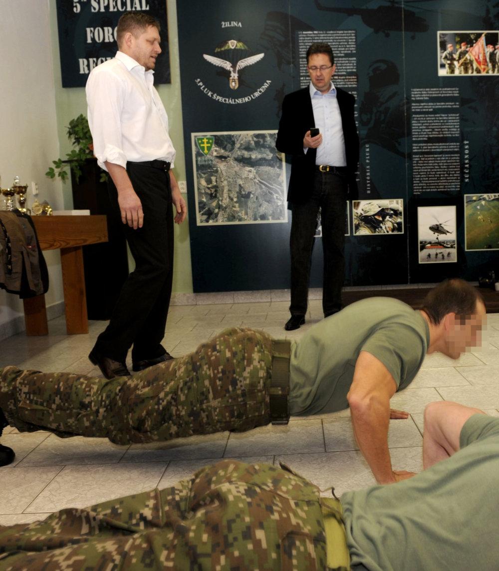 Poèas výjazdového programu v Žiline sa 22. februára 2013 predseda vlády SR Robert Fico stretol s vojakmi 5. pluku pre špeciálne operácie. Premiér (v¾avo) si vyskúšal svoju kondíciu robením k¾ukov poèas pol hodiny. Podarilo sa mu ich urobi 1001-krát. FOTO TASR - Pavol Ïurèo