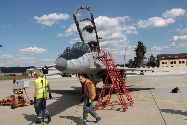 Leteckých mechanikov musia cvičiť aj niekoľko rokov, aby zvládli údržbu a servis lietadiel. Foto - OSSR