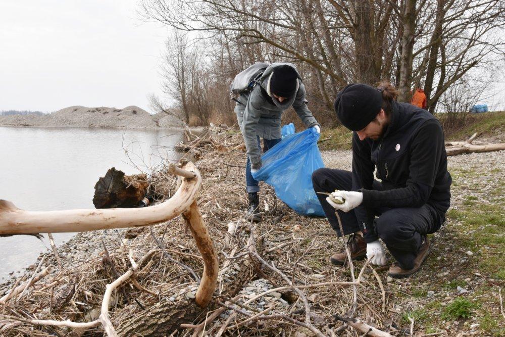 Dobrovoľníci v Piešťanoch čistia breh Sĺňavy. foto - tasr