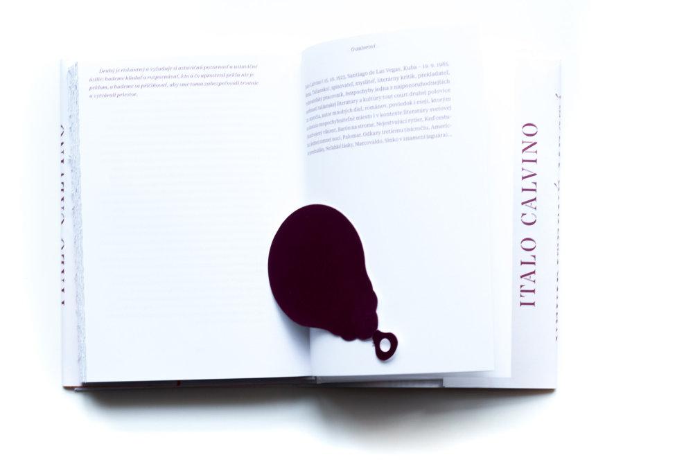 Pre ostatných čitateľov je pribalená aj pomôcka v tvare cestovného dokladu, aký nosili ľudia v ríši Kublaja Chána. Dajú sa ňou rozrezať/otvoriť strany.