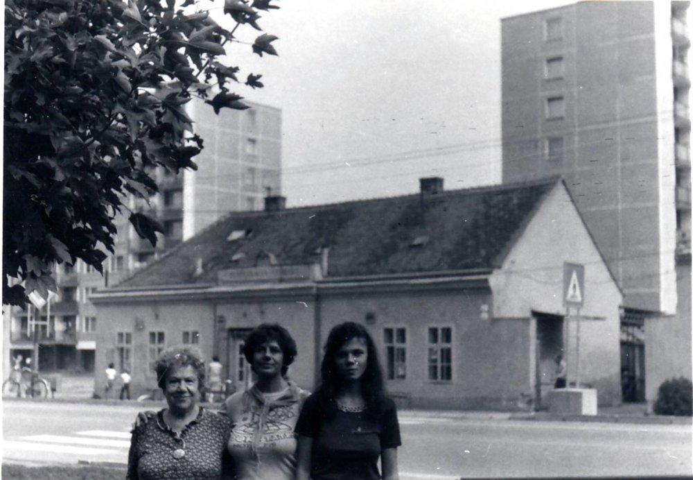 Tri generácie pred Športkou - zľava Valéria, jej dcéra Dagmar a vnučka Denisa v roku 1983 pred neskôr asanovaným hostincom, kde sa začal životný príbeh Valérie Reiszovej. Foto - Archív D. F.