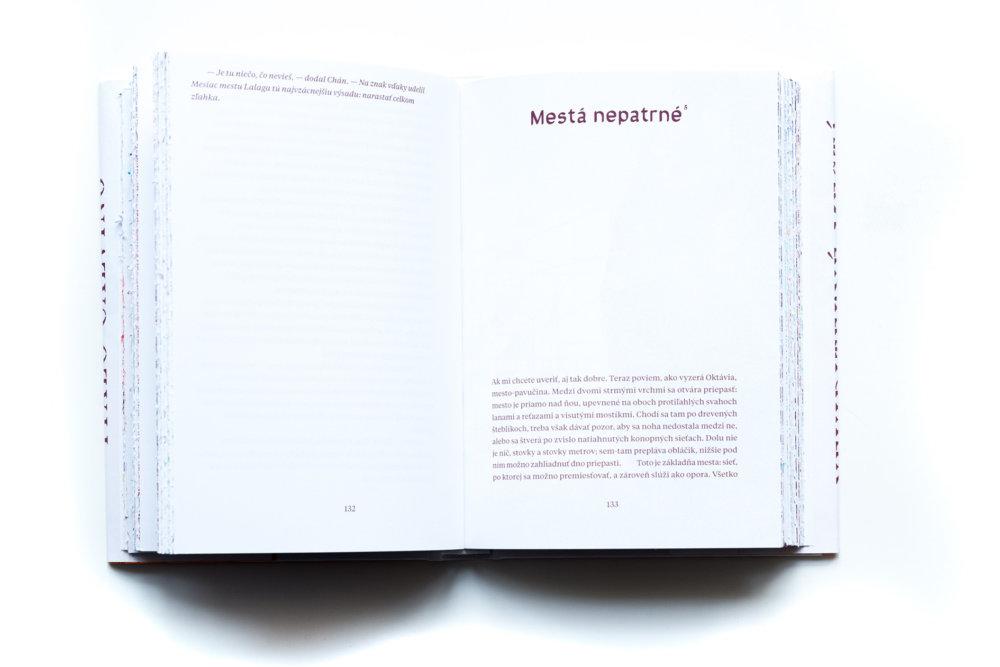 Na prvý pohľad to vyzerá ako klasická kniha a kto sa chce nechať uniesť vlastnou fantáziou, môže ignorovať zboku presvitajúce farebné pásiky a predstavovať si vlastné vizuály k textu.