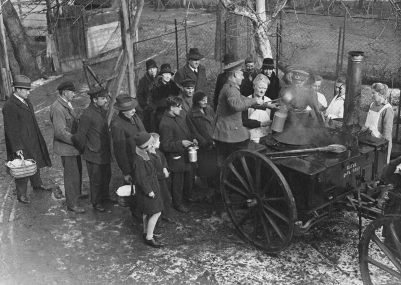 Chudobní Berlínčania čakajú v rade na jedlo v roku 1931. O rok neskôr získal Adolf Hitler v slobodných a férových voľbách 37 % hlasov. Zdroj – Bundesarchiv (Bild 183-T0706-501), Wikimedia Commons