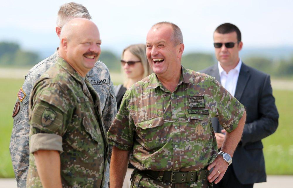 Generála Macka (vľavo) podržal aj minister obrany Peter Gajdoš. Foto - TASR