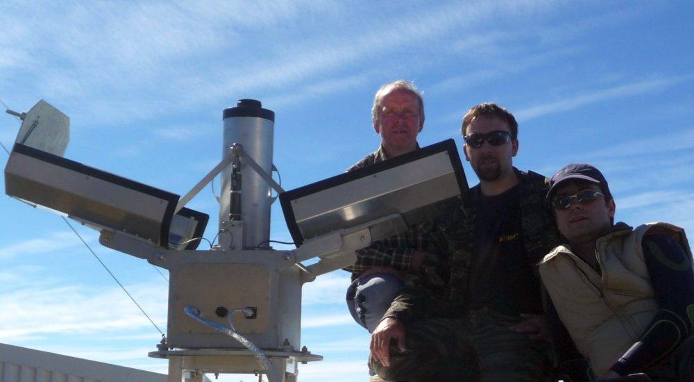 Slovenskí vedci pred dvoma rokmi inštalovali na Kanárskych ostrovoch svoj systém AMOS, ktorý je určený na sledovanie dráh meteorov. Zľava Pavol Zigo, Jaroslav Šimon a Juraj Tóth. Foto: FMFI UK