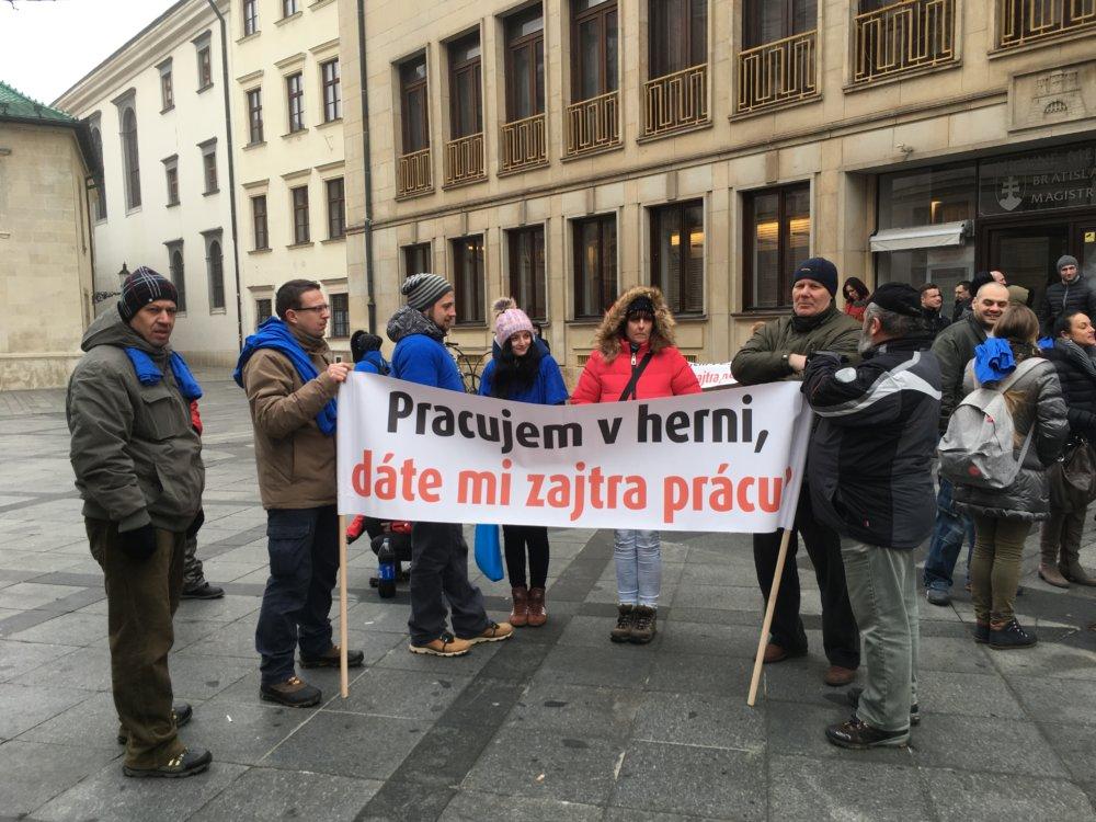 Pred budovou Primaciálneho paláca vo štvrtok protestovali odporcovia zákazu hazardu. Foto N - Matej Dugovič