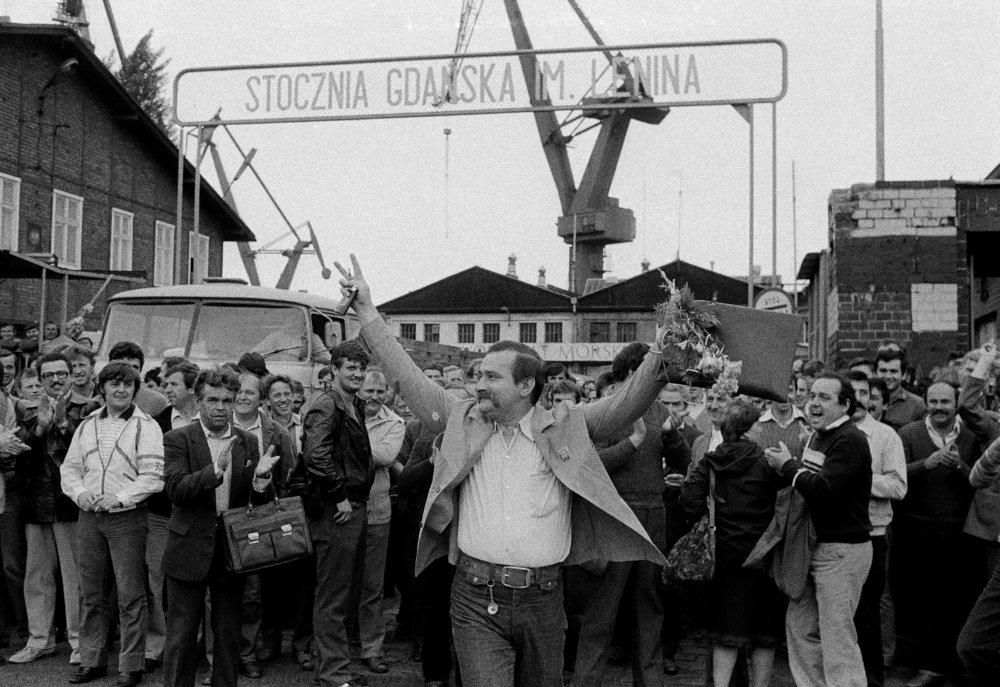 Na archívnej snímke z 16. júna 1983 bývalý líder hnutia Solidarita po odchode z lodenice v Gdaňsku. Foto - tasr/ap
