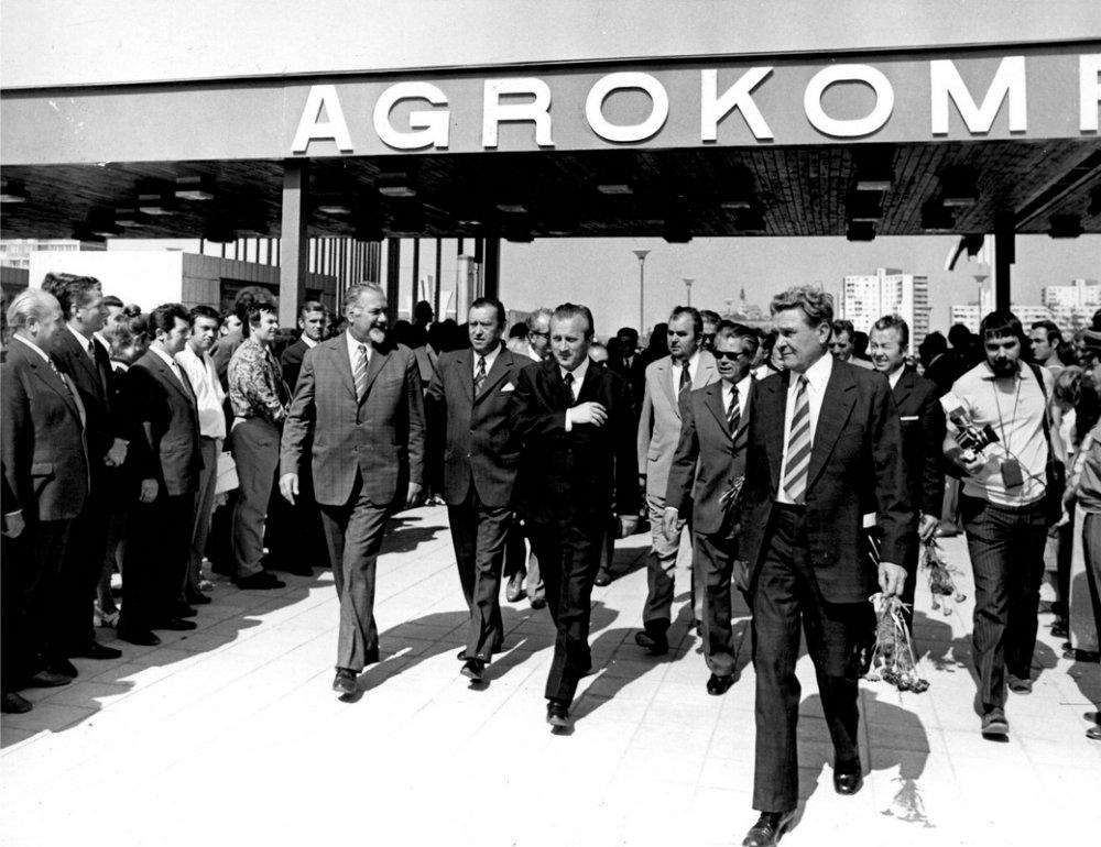 Prvý veľtrh Agrokomplex sa konal v roku 1974, jeho iniciátorom bol komunistický minister poľnohospodárstva Ján Janovic (v strede), ktorý chcel z Nitry urobiť centrum československého poľnohospodárstva. Foto - Agrokomplex