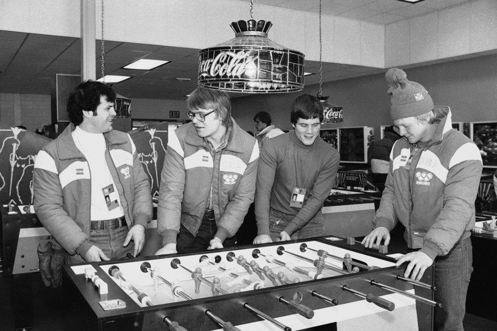 Hokejisti amerického olympijského tímu, zľava Michael Eruzione, Phil Verchota, John Harrington a Bob Suter hrajú stolný futbal v olympijskej dedine v americkom Lake Placide. Foto - ap