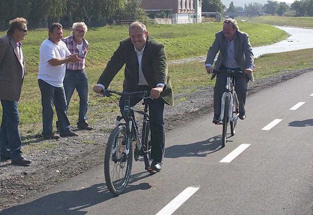V roku 2015 Kotleba v Rimavskej Sobote otvára cyklotrasu. foto - tasr