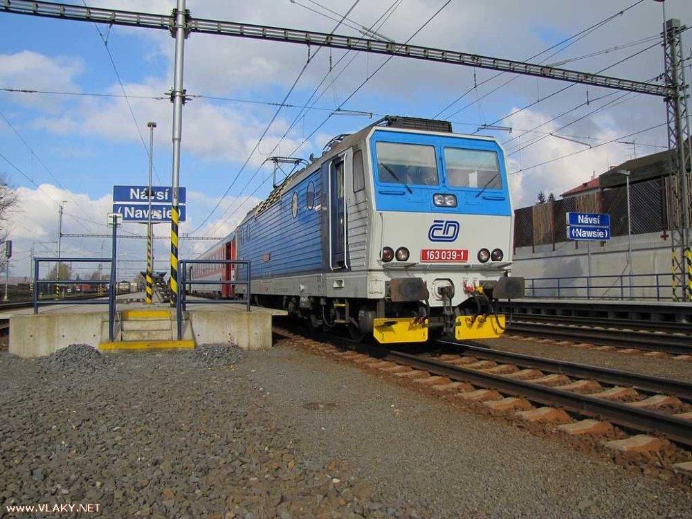 Na česko-poľskom pomedzí sú dvojjazyčné názvy bežnou súčasťou železnice. Foto – Karel Furiš, vlaky.net