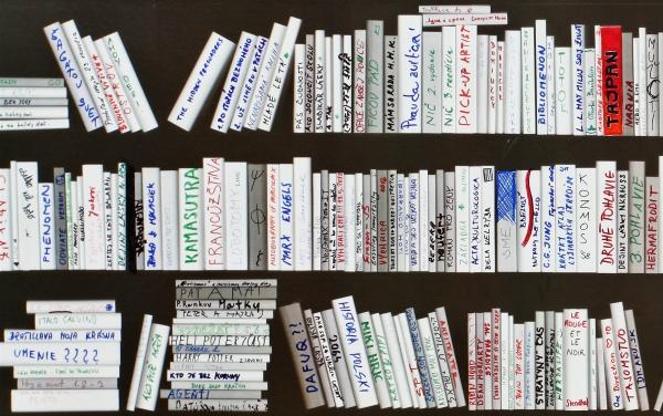 """Ku koncu výstavy bola knižnica """"plná"""". Fungovalo to ako hra, ktorá zapojila divákov do výstavy a zároveň čo-to ukázala o tom, čo ľudia čítajú, alebo čo si myslia. Foto - Michal Huštaty"""