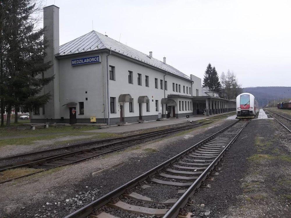 Medzilaborce budú jediným mestom, kde bude mať stanica označenie v cyrilike. K slovenskému názvu by tu mal tento rok pribudnúť názov . Foto – ŽSR