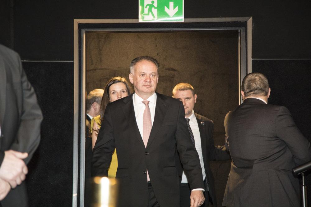 Prezident SR Andrej Kiska (uprostred) prichádza na premiéru filmu Únos 1. marca 2017 v Bratislave. FOTO TASR - Dano Veselský *** Local Caption *** únos Michal Kováè mladší vražda Róbert Remiᚠmafia tajné služby polícia politika prepojenie
