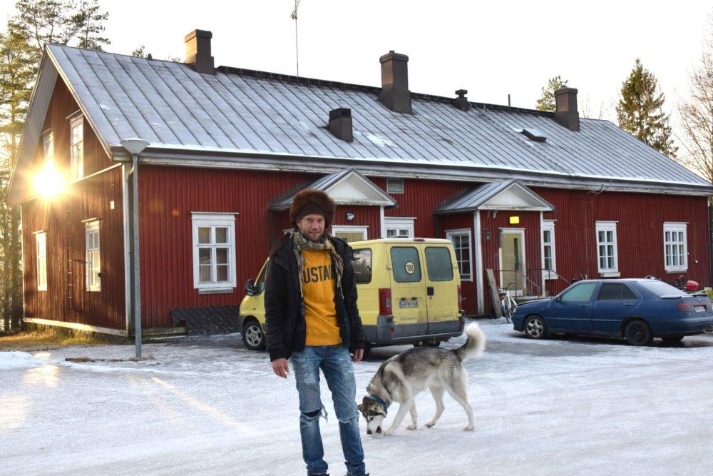 Järvinen s rodinou býva v budove bývalej školy. Foto - archív J. J.