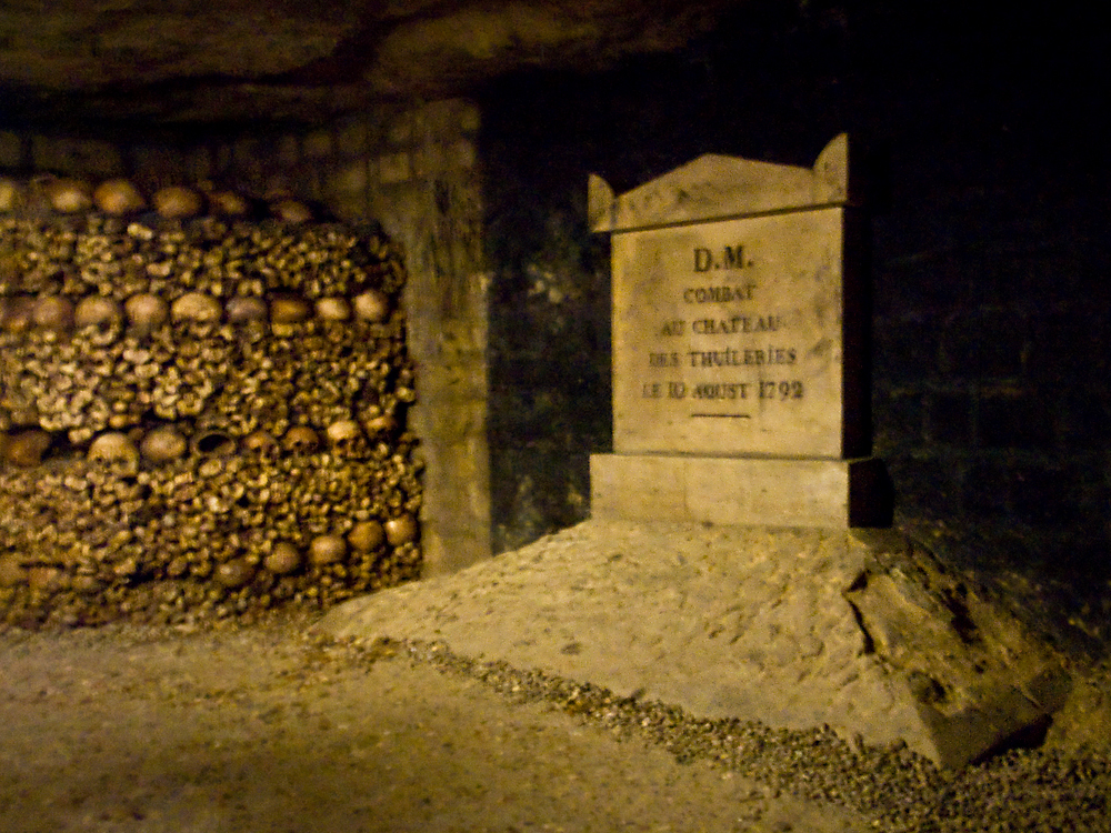 Combat au chateau des Tuileries, le 10 aout 1792 : plaque dans les Catacombes de Paris