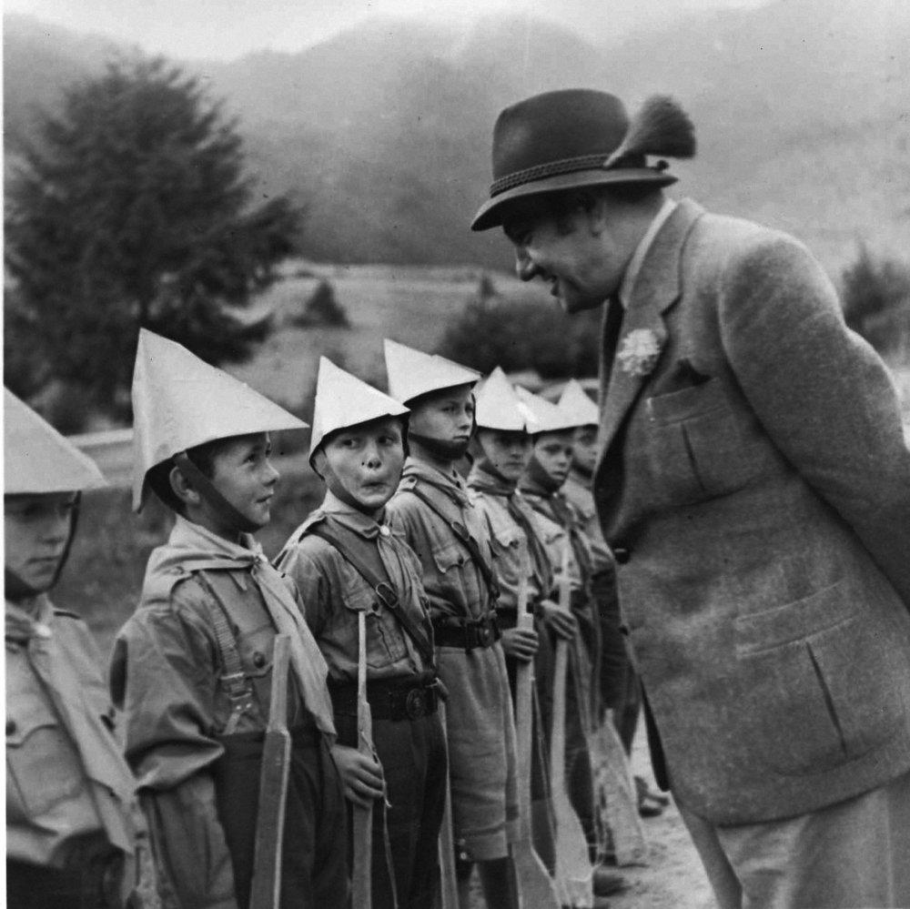 Šéf Úradu propagandy Tido J. Gašpar navštívil tábor Hlinkovej mládeže na Orave. Zoradené vĺčatá. 1941 © SNA, Bratislava – fond STK