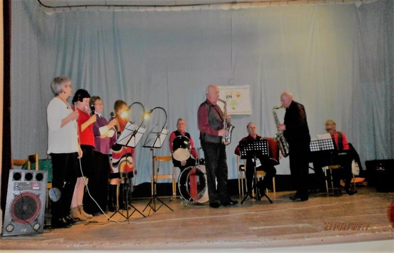 V Liptovskej Teplej majú dôchodcovia vlastnú hudobnú skupinu. Zabávala ich aj na spoločenskom posedení po skončení výročnej schôdze. Foto - archív S. I.