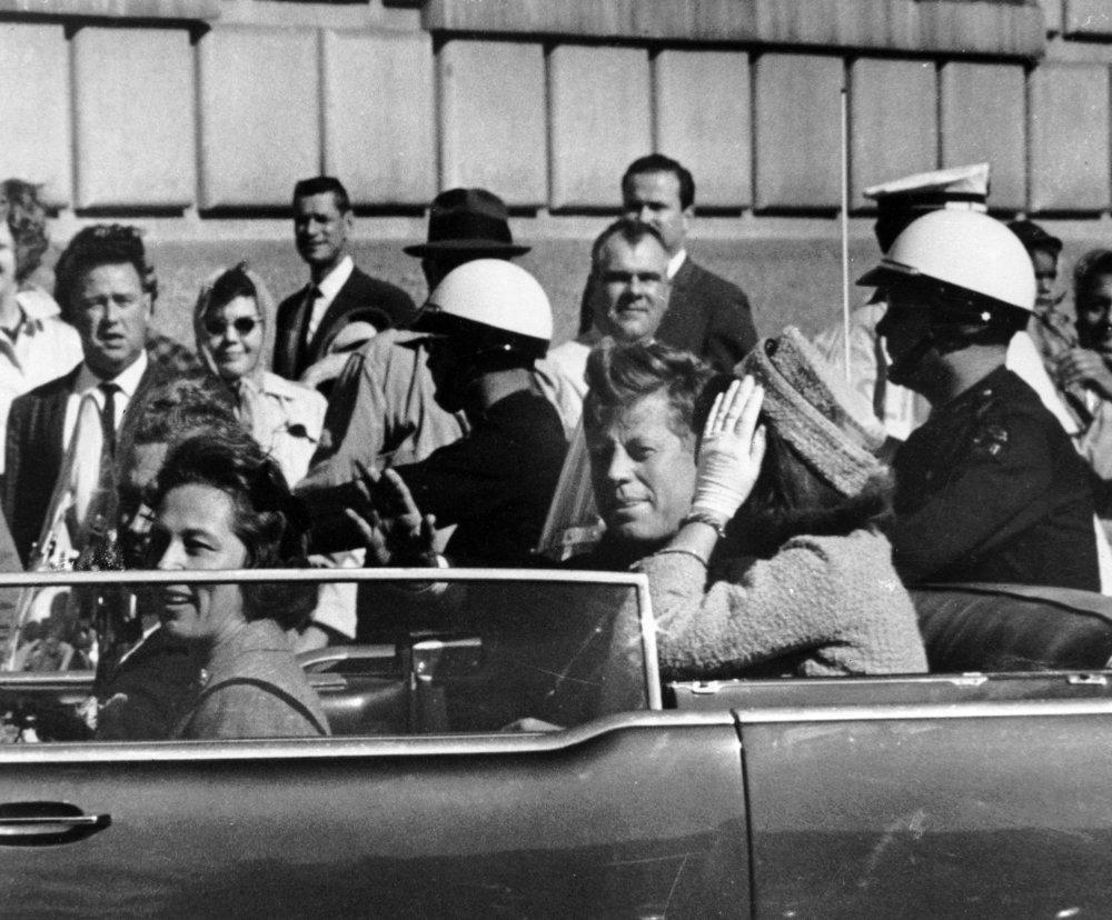 Kto by uveril, že smrť prezidenta Kennedyho mohol mať na svedomí osamelý strelec Lee Harvey Oswald? Iste to boli komunisti, mafia, CIA, FBI alebo slobodomurári. Foto: TASR/AP