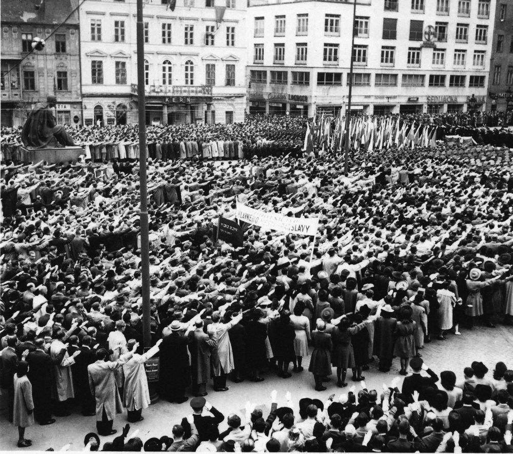 Oslavy sviatku práce vBratislave. Hajlujúci občania mesta. 1943 © SNA, Bratislava – fond STK