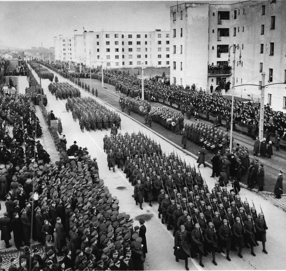 Oslavy piateho výročia založenia slovenského štátu. Slávnostné defilé slovenského vojska na Vajnorskej ulici vBratislave. 1944 © SNA, Bratislava – fond STK