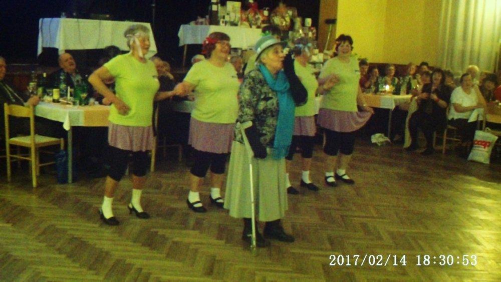 Tanečná skupina z Kalamien zabáva prítomných dôchodcov. Foto - archív S. I.