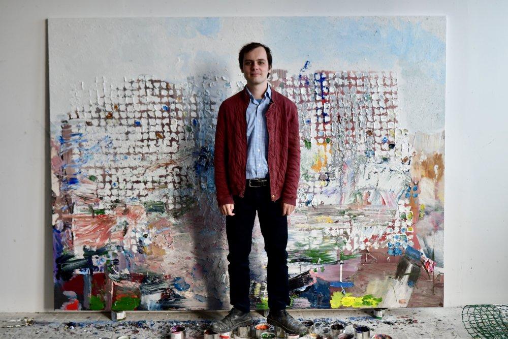 Juraj Kollár s maľbou, na ktorej práve pracuje. Foto N Vladimír Šimíček