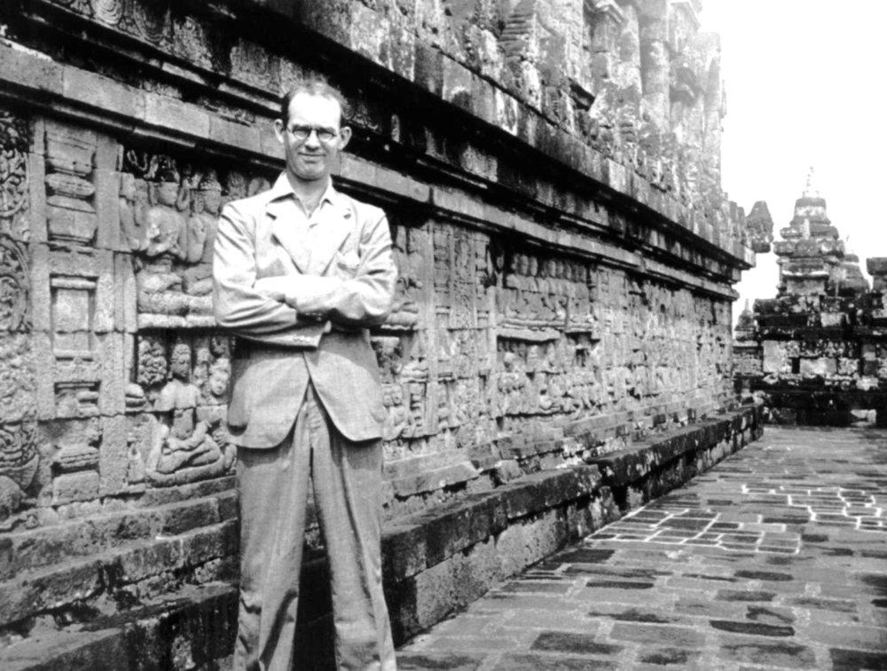 Gareth Jones pred budhistickým chrámom Borobudur v Indonézii. Zdroj - garethjones.org