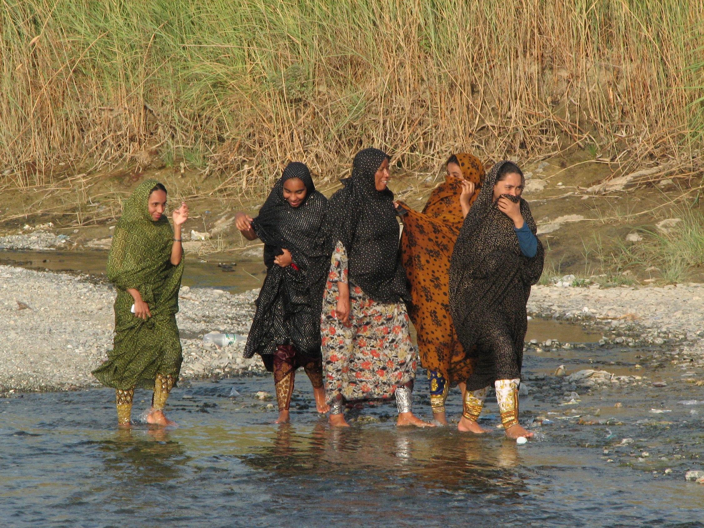 Aj pri len povrchnom pohľade je v mnohých moslimských krajinách najnápadnejšia verejná segregácia mužov a žien. Aj na piknik idú len dievčatá bez chlapcov. Irán, fotografia Marcel Uhrin.