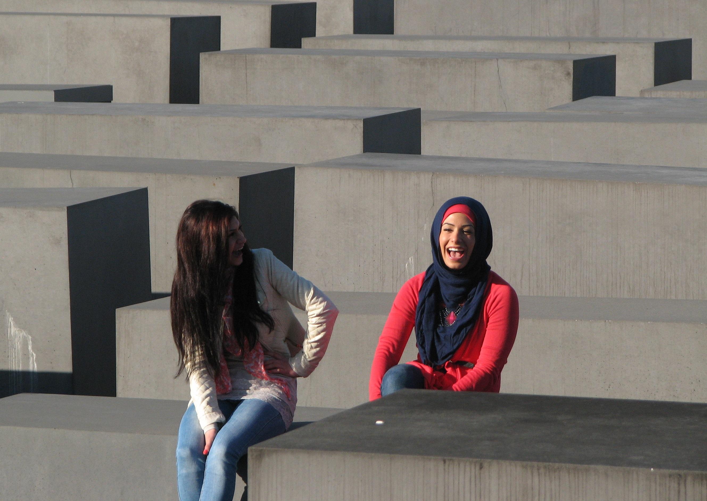 Pamätník holokaustu v Berlíne. Mladá moslimka sa smeje so svojou priateľkou.