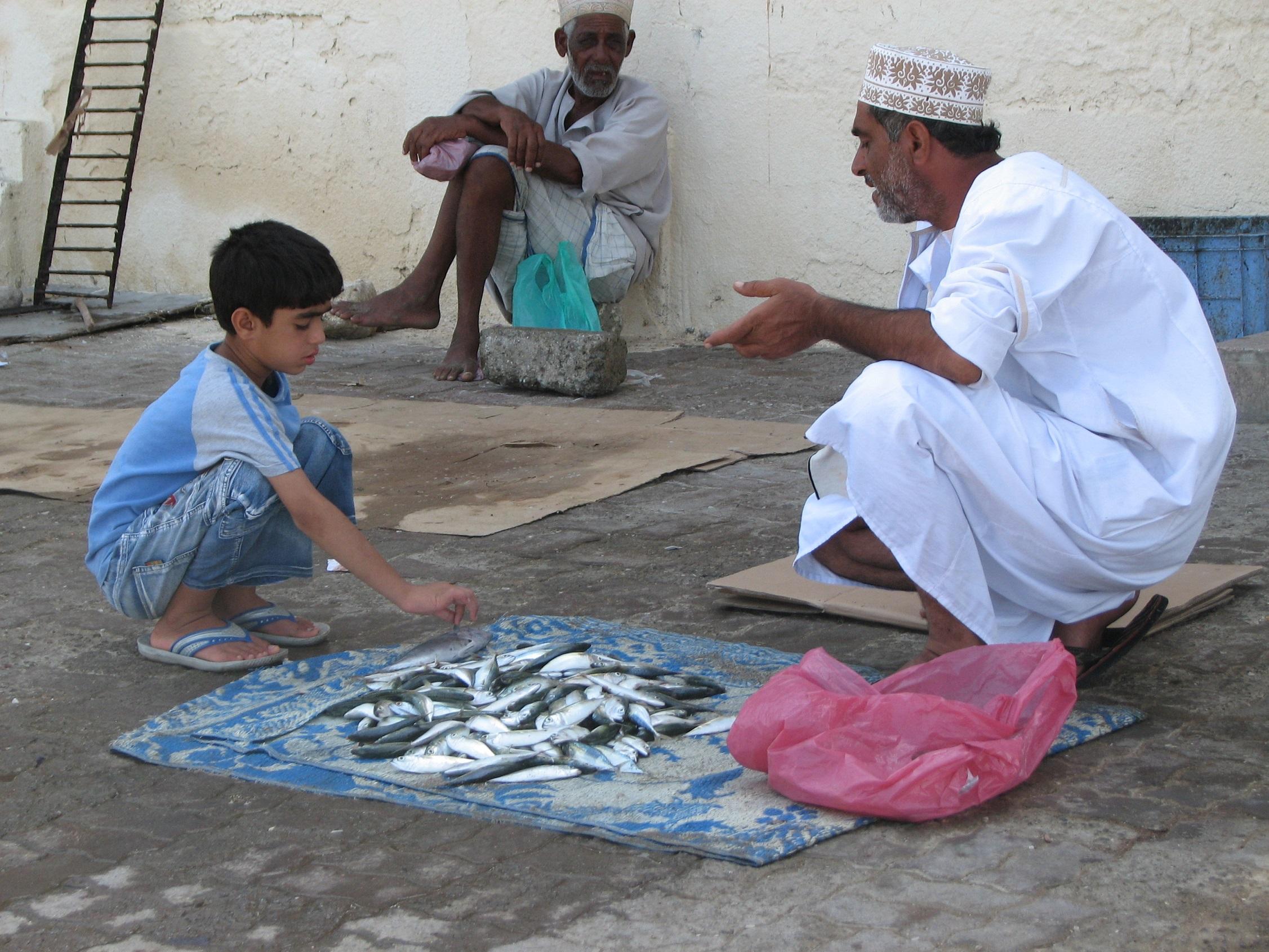 … a muži len diskutujú či obchodujú. Omán, fotografia Marcel Uhrin.