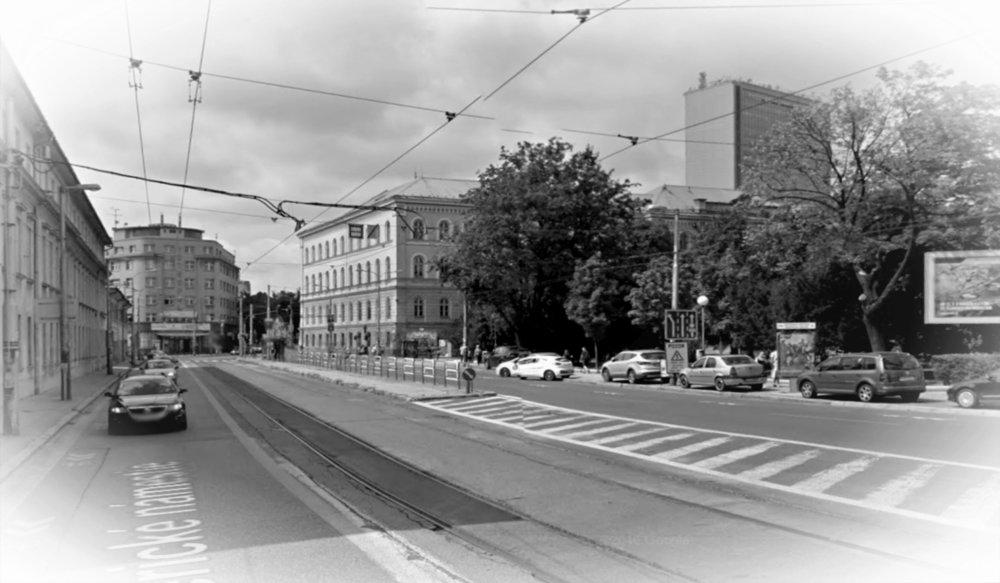 Mickiewiczova ulica ústi na Americké námestie, ktoré nie je až tak veľmi námestím. Pretrasovanie električky k bytovému domu Avion by z neho námestie urobiť mohlo.