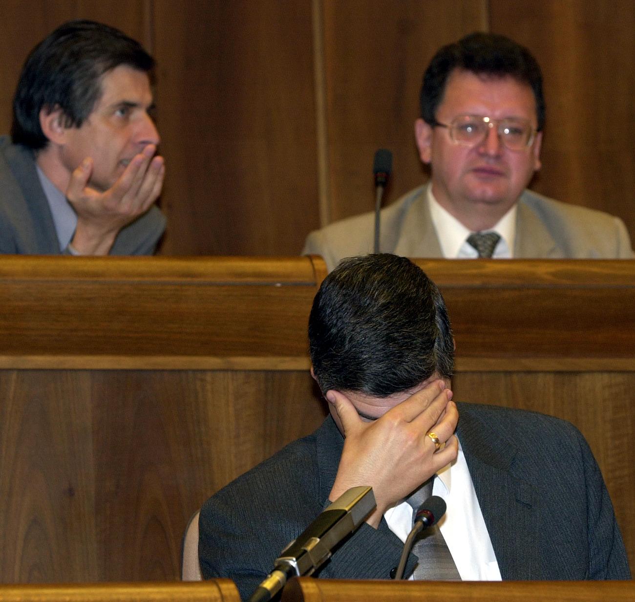 Piaty rokovací deò 48. schôdze Národnej rady SR v Bratislave 16. mája 2001. Zasadnutie viedol podpredseda parlamentu Béla Bugár (na sn. dole). Foto: Ivan Majerský/TASR