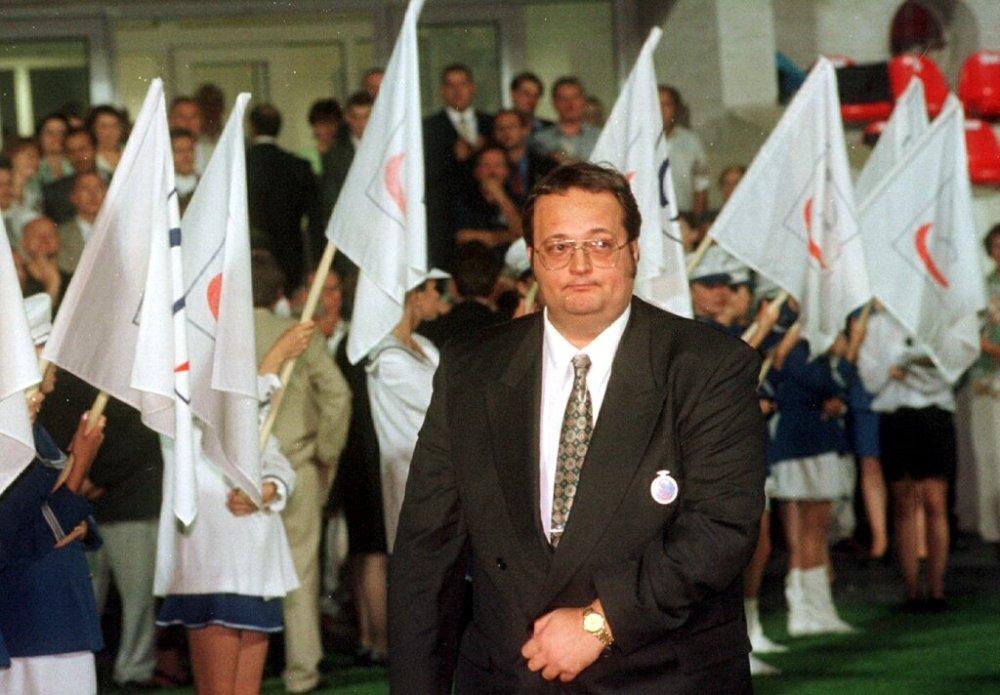 Riaditeľ Slovenskej informačnej služby Ivan Lexa prechádza vlajkoslávou v júli 1998 počas snemu HZDS v Trnave. foto - TASR Foto: Vladimír Benko/TASR