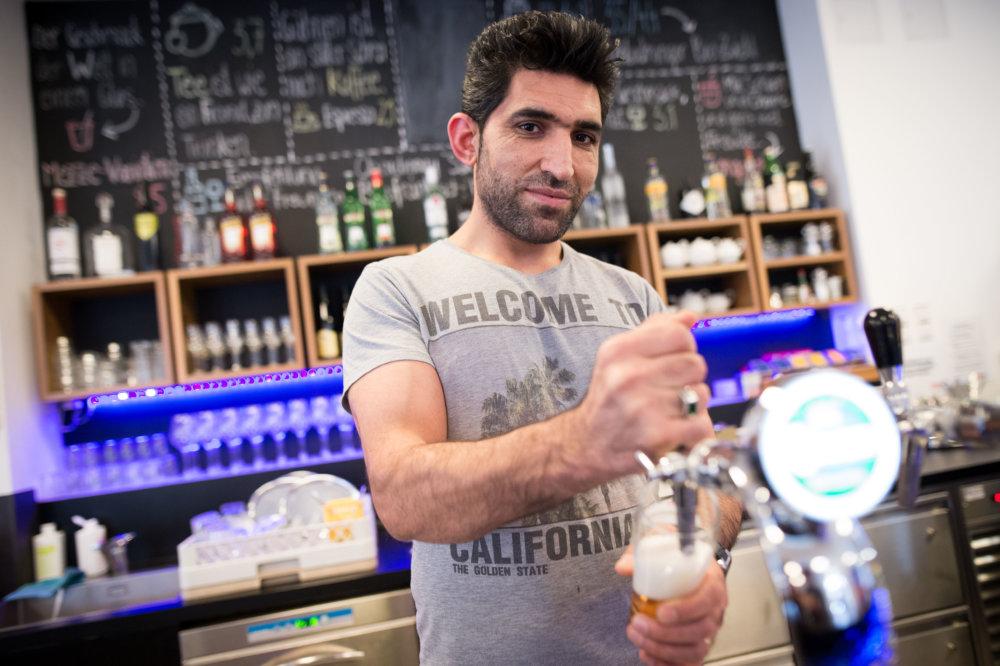 Šer Ahmed Razi v hotelovom bare. FOTO N - Vladimír Šimíček