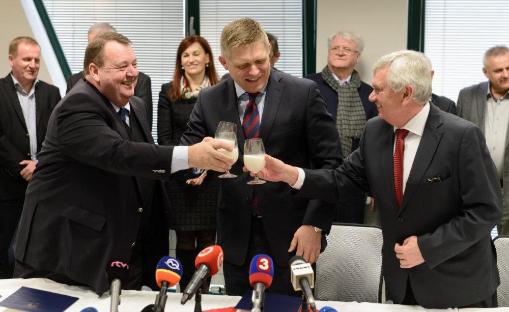 Slávnostný prípitok pri podpise memoranda o novej mliekarni z februára 2016. Foto – TASR
