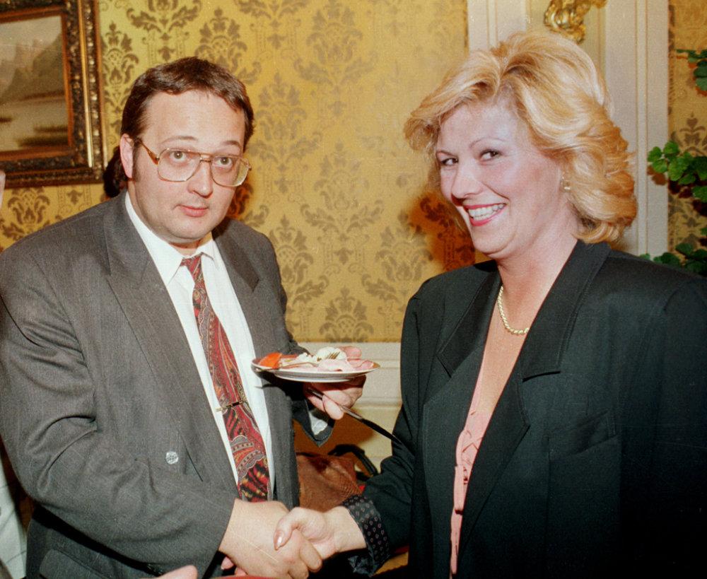 Na archívnej snímke z 15. septembra 1993 je riaditeľka sekretariátu predsedu vlády Anna Nagyová a vedúci Úradu vlády Ivan Lexa (vpravo) počas recepcie. foto - TASR