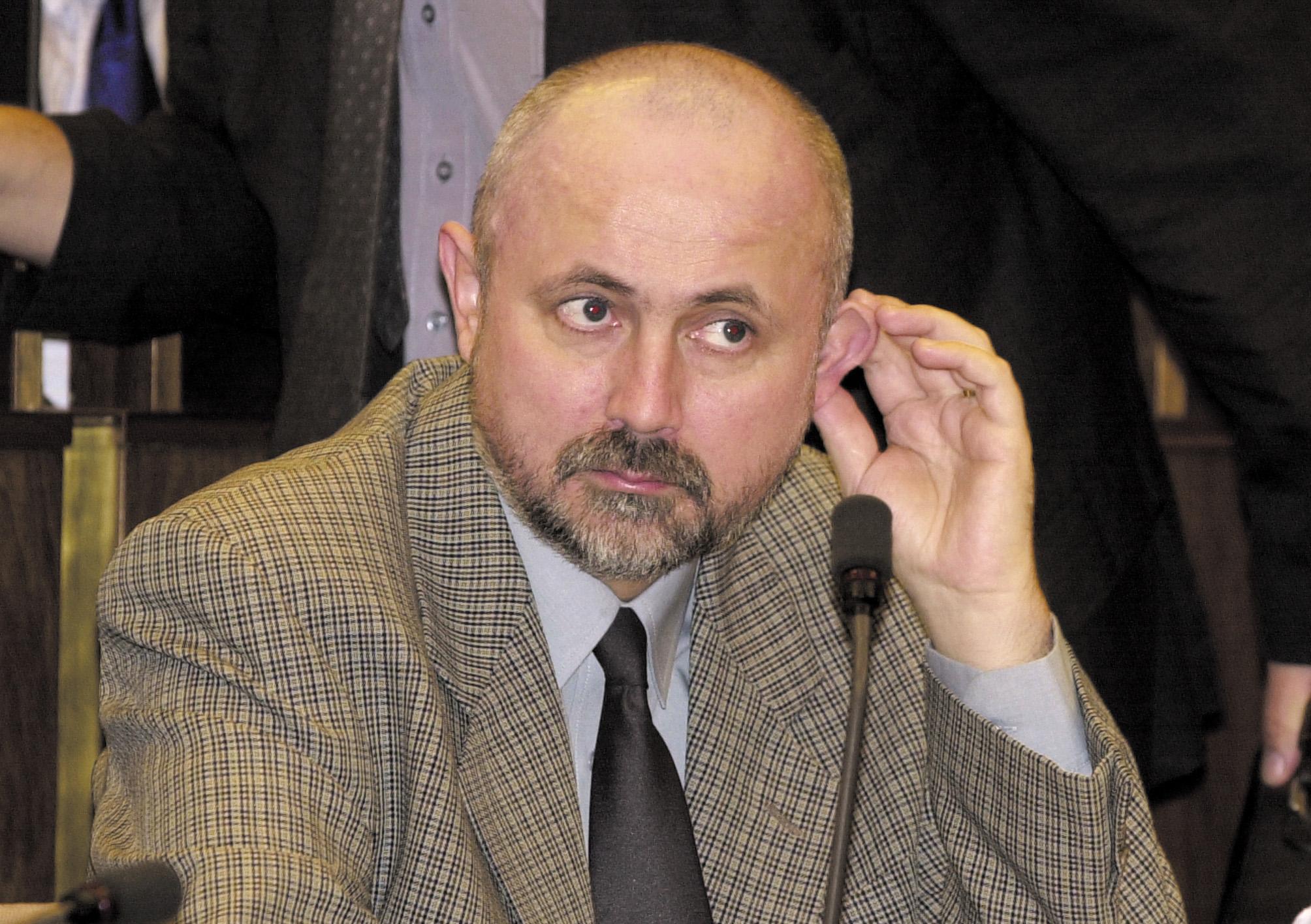 Deviatym rokovacím dòom pokraèovala 57. schôdza Národnej rady SR (NR SR) 5. apríla 2002. Na sn. poslanec HZDS Peter Bròák. Foto: Ivan Majerský/TASR