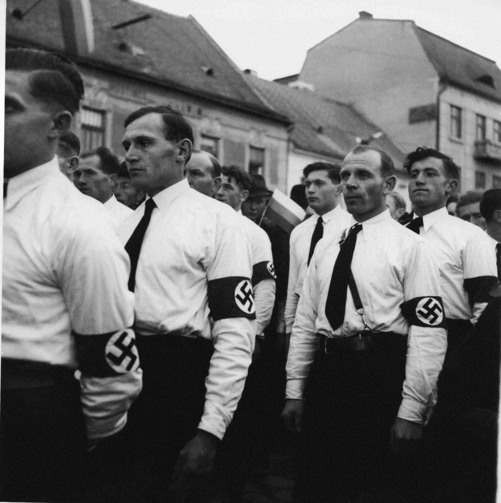 Účastníci nemeckej nemeckej národnosti zHandlovej aNemeckého Pravna. Záber zreportáže onávšteve Jozefa Tisa vPrievidzi. 1938 © SNA, Bratislava – fond STK