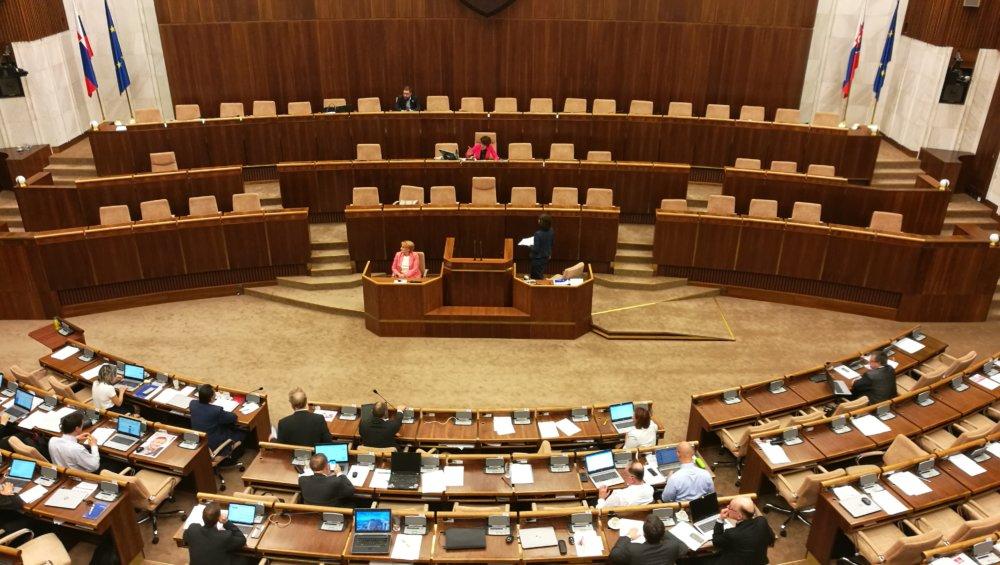 Poloprázdna sála pri rokovaní o amnestiách. Foto N - Miro Kern