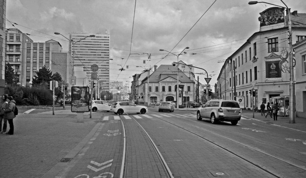 Autá si často cez Mickiewiczovu ulicu skracujú cestu, pre chodcov a mestský život sa však takto stáva prakticky nepoužiteľná.