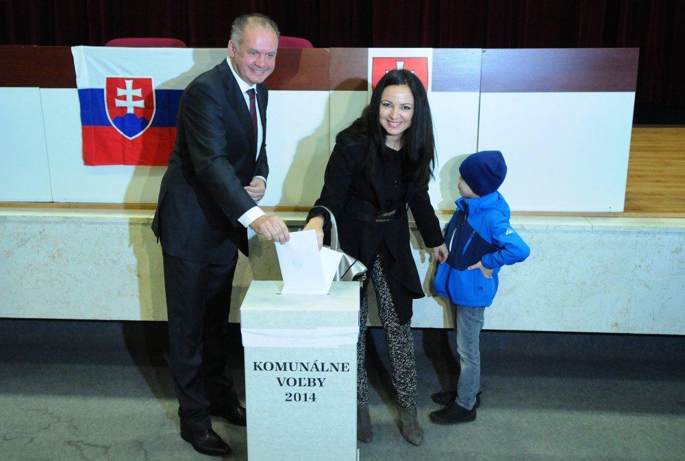 Prezident Andrej Kiska s manželkou Martinou a synom Viktorom počas volieb do VÚC v roku 2014. Foto - Tasr