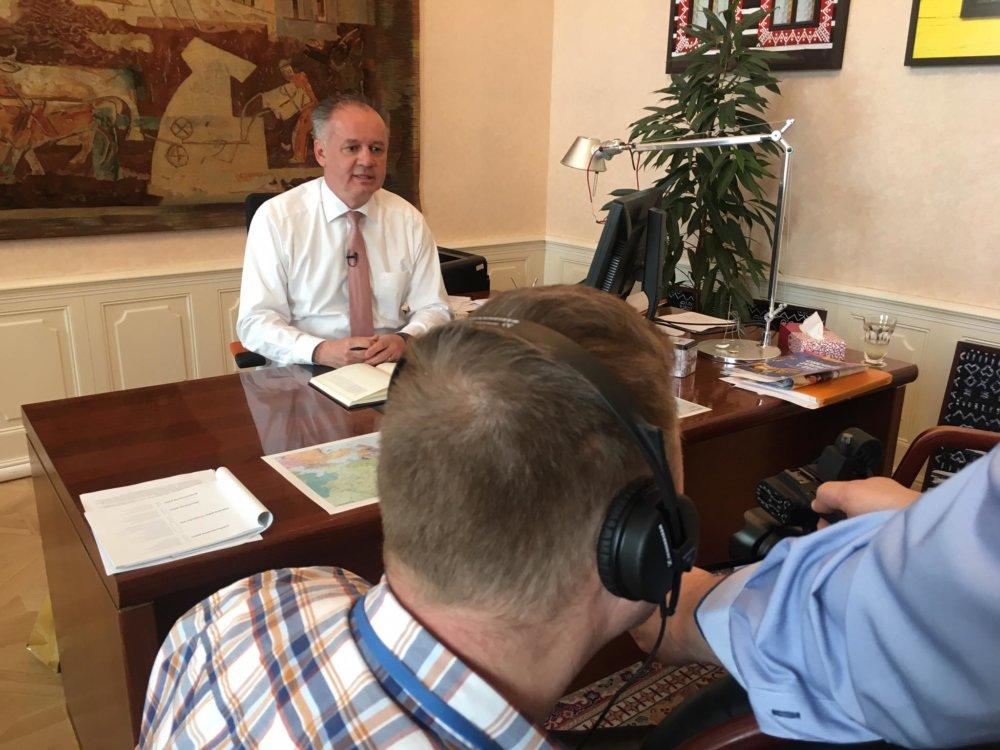 Prezident Andrej Kiska nahráva svoje oznámenie. foto - prezidentská kancelária