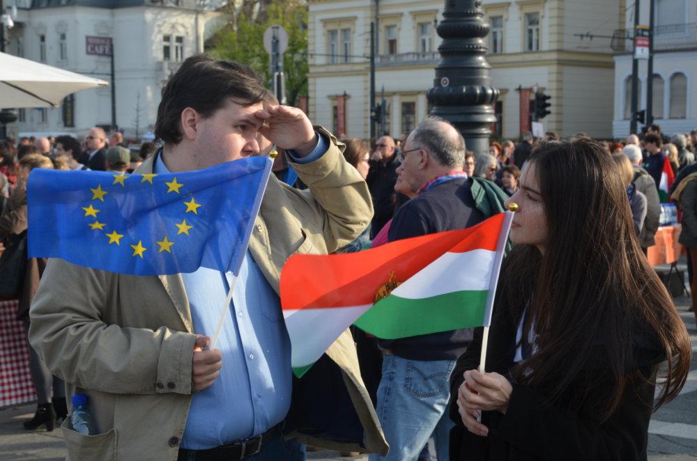 Demonštranti si okrem maďarských vlajkov pribalili aj európske hviezdičky. FOTO N - Mirek Tóda